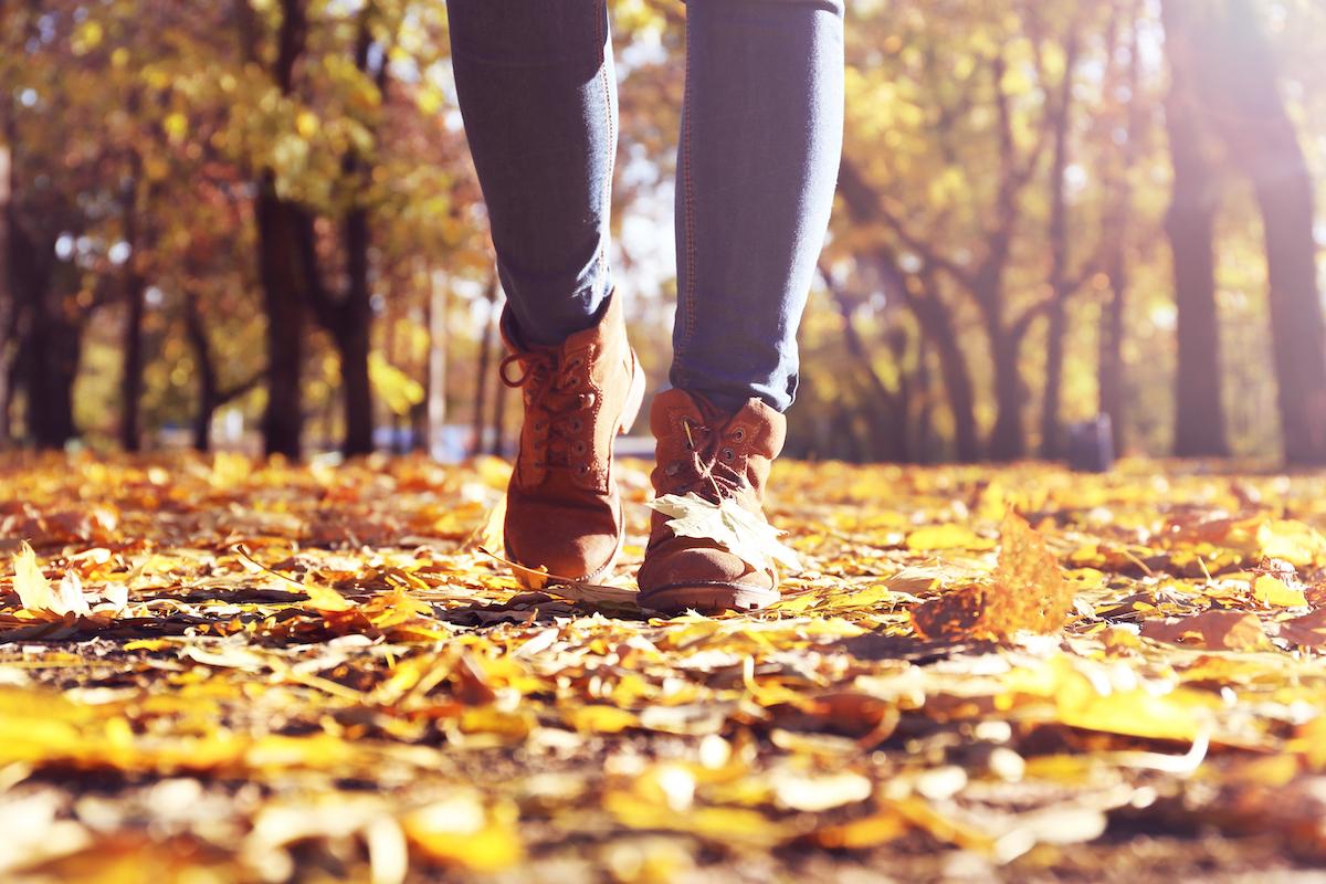 Rutschgefahr im Herbst - eine private Unfallversicherung kann zumindest vor den finanziellen Folgen schützen