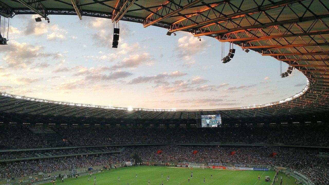 Beamer & Leinwand als Stadionersatz
